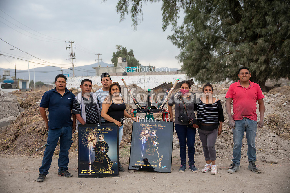 07 marzo 2021, Tultepec, México. Pirotécnicos posan para una foto con imágenes de san Juan de Dios para cuya celebración hacen preparativos.