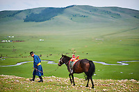 Mongolie, Arkhangai, campement nomade dans la steppe, cavalier mongol avec son cheval // Mongolia, Arkhangai province, yurt nomad camp in the steppe, Mongolian horserider