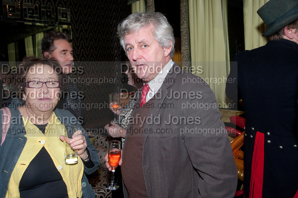 THE GOSSIPS: HELEN MINSKY;  JAMES HUGHES-ONSLOW,  ( WRITER COMMENTATOR PETER YORK IN BACKGROUND) Liz Brewer GIVES A PARTY TO WELCOME 2010, Champagne <br /> Flemings Mayfair, 13 Half Moon Street, London. 5 January 2010 *** Local Caption *** -DO NOT ARCHIVE-© Copyright Photograph by Dafydd Jones. 248 Clapham Rd. London SW9 0PZ. Tel 0207 820 0771. www.dafjones.com.<br /> THE GOSSIPS: HELEN MINSKY;  JAMES HUGHES-ONSLOW,  ( WRITER COMMENTATOR PETER YORK IN BACKGROUND) Liz Brewer GIVES A PARTY TO WELCOME 2010, Champagne <br /> Flemings Mayfair, 13 Half Moon Street, London. 5 January 2010