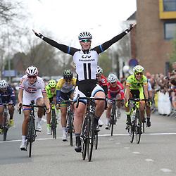 DELFZIJL wielrennen, De eerste etappe van de Energiewachttour 2014 werd verreden rond Delfzijl. Winst is er voor Kirsten WIld