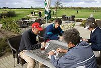 Heelsum - Scorekaarten controleren. Van Lanschot bankiers , sponsor bij  de Golfjournaalbeker 2006 op de Heelsumse GC. COPYRIGHT KOEN SUYK