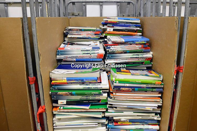 Nederland, Nijmegen, 14-7-2017Leerlingen van het Canisius College leveren hun schoolboeken inFoto: Flip Franssen