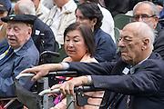De heer De Bruïne (geheel rechts), een van de overlevenden van de Pakanbaroe spoorlijn, tijdens de herdenking. In Arnhem worden op het landgoed van Het Koninklijk Tehuis voor Oud-Militairen en Museum Bronbeek de slachtoffers van de Birma Siam en de Pakanbaru spoorlijnen herdacht. Bij de aanleg van deze twee 'dodenspoorwegen' tijdens de Tweede Wereldoorlog zijn veel slachtoffers gevallen onder de dwangarbeiders die door de Japanse bezetter tewerk zijn gesteld.<br /> <br /> In Arnhem at the property of The Royal Home for Former Soldiers and Museum Bronbeek the victims of Burma and Siam railway Pakanbaru are commemorated. In the construction of these two 'dead railways' during World War II, many casualties among the convicts who are employed by the Japanese are made.