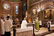 Aartsbisschop Joris Vercammen bewierookt het altaar bij het begin van de mis. Op zondag 31 oktober is in de Getrudiskathedraal in Utrecht  Annemieke Duurkoop als eerste vrouwelijke plebaan van Nederland geïnstalleerd. Duurkoop wordt de nieuwe pastoor van de Utrechtse parochie van de Oud-Katholieke Kerk (OKK), deze kerk heeft geen band met het Vaticaan. Een plebaan is een pastoor van een kathedrale kerk, die eindverantwoordelijk is voor een parochie. Eerder waren bij de OKK al twee vrouwelijk priesters geïnstalleerd, maar die zijn geen plebaan.<br /> <br /> Archbishop Joris Vercammen is incensing the altar at the beginning of the service. At the St Getrudiscathedral in Utrecht the first female dean of the Old-Catholic Church (OKK) is installed together with a new pastor Bernd Wallet. The church has no connections with the Vatican.