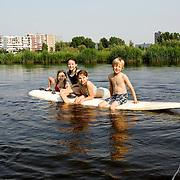 Nederland Rotterdam 27 mei 2007 20070527 .Kinderen zwemmen in de rivier de Rotte..Serie tbv Schieland en de Krimpenerwaard, deze zorgt als waterschap voor droge voeten en schoon water in een bepaald gebied. Het beheersgebied van Schieland en de Krimpenerwaard strekt zich uit tussen Rotterdam, Schoonhoven en Zoetermeer. Binnen dit gebied zorgt Schieland en de Krimpenerwaard voor de kwaliteit van het oppervlaktewater, het waterpeil en de waterkeringen. Daarnaast beheert Schieland en de Krimpenerwaard een aantal wegen in de Krimpenerwaard...Foto David Rozing