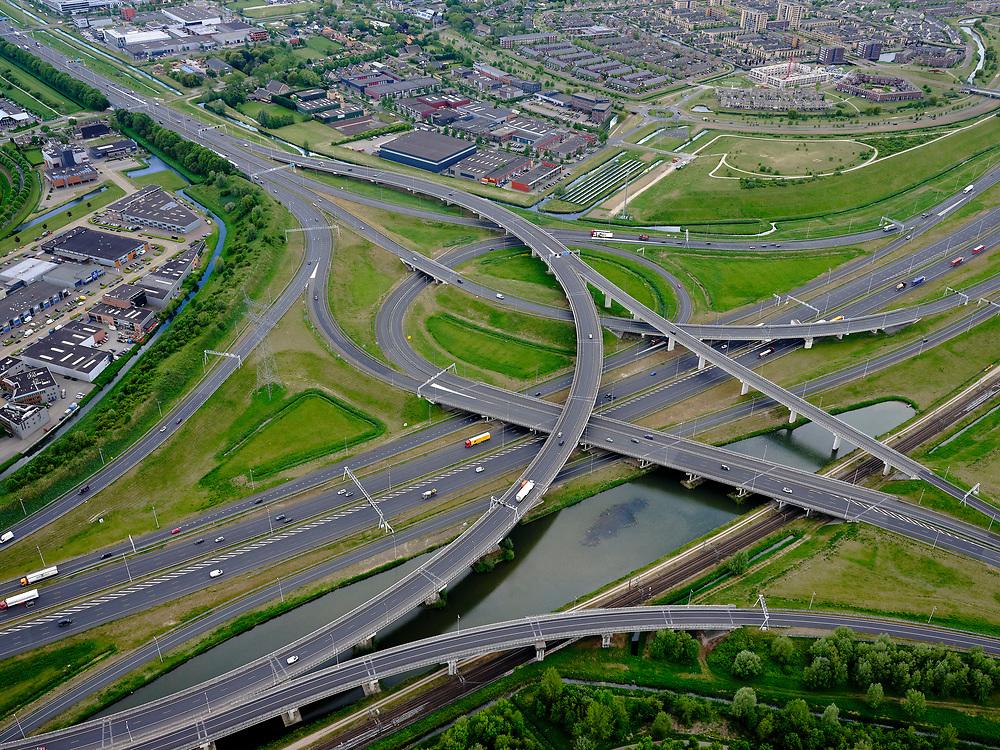 Nederland, Zuid-Holland, Rotterdam, 14-05-2020; IJsselmonde, Charlois. Vaanplein. Kruising A 29 met A15 (vlnr),windmolenknooppunt.<br /> Traffic junction Vaanplein.<br /> <br /> luchtfoto (toeslag op standard tarieven);<br /> aerial photo (additional fee required);<br /> copyright foto/photo Siebe Swart