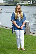 Het koninklijk gezin maakt een vaartocht over de Kagerplassen en poseert op de kade tijdens de jaarlijkse zomerfotosessie.<br /> <br /> The royal family makes a cruise on the Kagerplassen and pose on the quay during the annual summer photography session.<br /> <br /> Op de foto / On the photo:   prinses Amalia / Princess Amalia