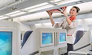 Photographie de la banque d'image Aircalin . Une hôtesse place un bagage dans un coffre.