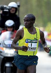 13-04-2014 NED: Marathon van Rotterdam<br /> De Keniaan Eliud Kipchoge (1) komt als eerste over de finish van de marathon van Rotterdam. De topfavoriet voor de zege finishte op de Coolsingel in 2.05.00.