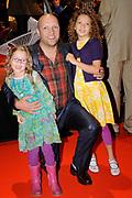 Premiere Patatje Oorlog tijdens de Opening van het Cinekid Festival in de Gashouder op het Westergasterrein in Amsterdam.<br /> <br /> Op de foto:  Ruben van der Meer met zijn kinderen