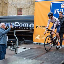 BertJan Lindeman laat lokale favoriet van het startpodium rijden. Herman Strijbosch telt af