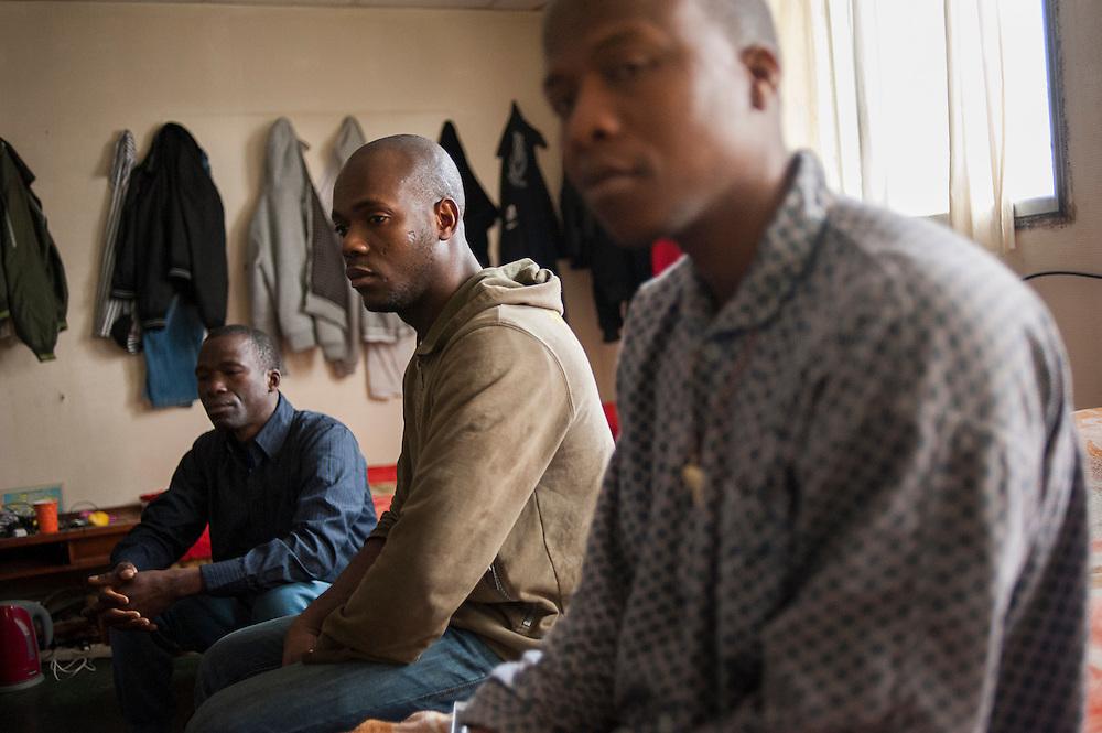 Doumbia Dboubacar (L), Falaye Sissoko (M) en Modibo Fofana (R), in een gemeenschappelijke slaapzaal voor 15 personen. Sinds 2011 wonen 150 Afrikaanse migranten in een voormalige fabriek in de Parijse voorstand Montreuil, omdat ze illegaal in Frankrijk verblijven, kunnen ze geen woonruimte huren. In het 450 m2 grote pand wonen jonge mannen uit Malië, Ivoorkust, Bukina Faso, Niger.