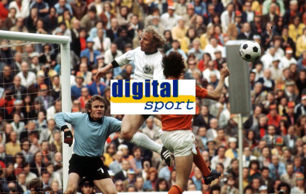Fotball<br /> VM 1974<br /> Finale 07.07.1974<br /> Tyskland v Nederland 2-1<br /> Foto: Witters/Digitalsport<br /> NORWAY ONLY<br /> <br /> Sepp MAIER Torwart - Berti VOGTS - Johann CRUYFF