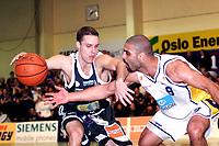 Basket, 3. sluttspillfinale BLNO, Oslo Kings - Kongsberg Penguins, Stovnerhallen 21. mars 2001. Barnaby Craddock, Oslo (t.v.) mot Badboni El-Safadi, Kongsberg.