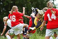 Erika Skarbø, J19, ute og rydder opp i feltet i kampen mot Asker søndag. Siste generalprøve før EM i Finland. <br /> <br /> J19 - Asker 5-2. J19 2004. 25. juli 2004. (Foto: Peter Tubaas/Digitalsport)