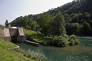 Una chiusa sul fiume Adda vista dalla pista ciclabile di Paderno d'Adda...Sluice on Adda river, view from bicycle path along the riverbank.
