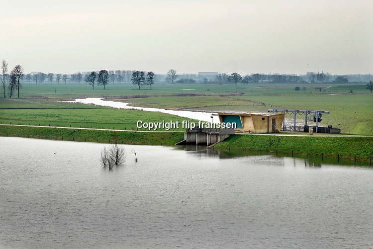 Nederland, the Netherlands, Brummen, 28-2-2020Het landschap tussen Voorst en Cortenoever, vlakbij Zutphen, is een gebied dat door de IJssel is gevormd. Om het gebied langs de IJssel te beschermen tegen hoogwater zijn op twee plekken dijken landinwaarts verlegd om een overloop te creeeren. Nieuw aangelegde gemalen pompen het water indien nodig uit het gebied. Foto: Flip Franssen