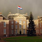 NLD/Apeldoorn/20051216 - Prinses Margriet en schoondochters bezoeken tentoonstelling Bruiden van Het Loo, donkere wolken boven paleis Het Loo