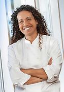 Portrait en couleur d'une jeune femme souriante faisant partie du staff de l'hôtel Le Méridien Nouméa situé en Nouvelle Calédonie.