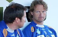 Trener Ivar Morten Normark, Aalesund, prater med assistent Jan Erik Sørnes, Aalesund. <br /> <br /> Fotball: Kongsvinger - Aalesund 2-2 (5-2 e. straffer). NM 2004 herrer, 3. runde. 8. juni 2004. (Foto: Peter Tubaas/Digitalsport.