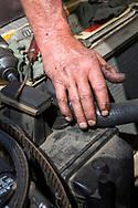 Dennis Dillon reparerar en Volvo 240 som tillhör Carla Shetzline. <br /> Alamo Automotive i Portland, Oregon, USA.<br /> Foto: Christina Sjögren