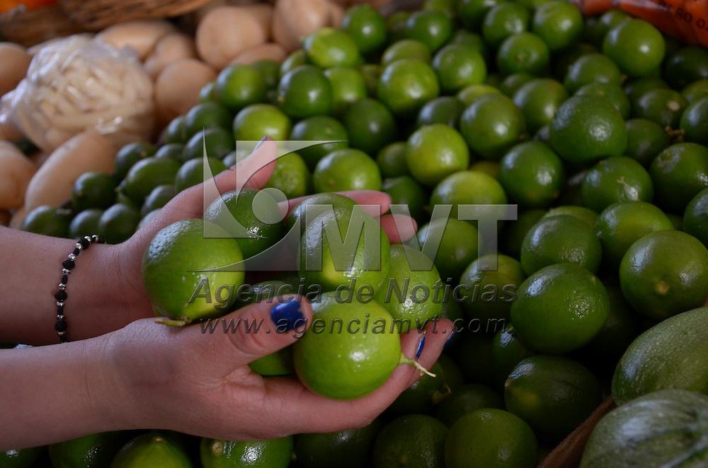 Toluca, México.- El limón, producto básico de los hogares mexicanos, sigue incrementando su costo, registrando un precio de entre 40 a 50 pesos por kilogramo en la ciudad de Toluca. Agencia MVT / Arturo Hernández S.