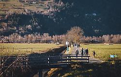 THEMENBILD - Spaziergänger genießen das sonnige Herbstwetter während des Lockdown, aufgenommen am 18. November 2020, Zell am See, Österreich // Walkers enjoy the sunny autumn weather during the lockdown on 2020/11/18, Zell am See, Austria. EXPA Pictures © 2020, PhotoCredit: EXPA/ Stefanie Oberhauser