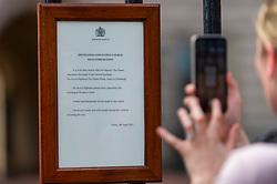© Licensed to London News Pictures. 09/04/2021. LONDON, UK. The formal communication on notepaper headed Windsor Castle outside Buckingham Palace after the death of Prince Philip, aged 99, was announced.  Photo credit: Stephen Chung/LNP