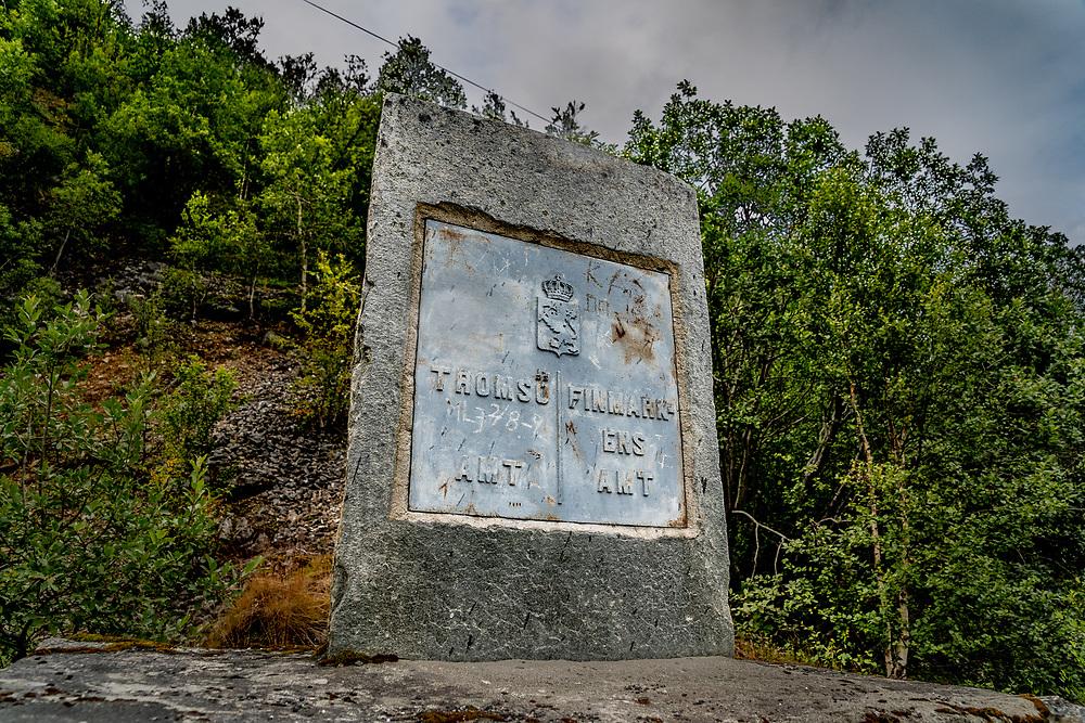 Grensestein som markerer det som tidligere var et skille mellom Troms amt og Finmarkens amt, nå Troms og Finnmark fylke.