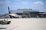 Duitsland, Weeze, 25-6-2009Vlak over de grens bij Nijmegen ligt het regionaal vliegveld Niederrhein, Weeze, wat sinds zes jaar uitgegroeid is tot een belangrijke regionale luchthaven en als thuisbasis fungeert voor prijsvechter chartermaatschappij Ryanair. In Bergen N-Limburg klaagt men over geluidsoverlast. In de regio bevindt zich ook vliegveld Dusseldorf. Naast passagiersvervoer wordt er veel luchtvracht vervoerd. Economie, ekonomie, grensstreek, Foto: Flip Franssen/Hollandse Hoogte