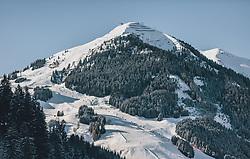 THEMENBILD - die winterliche Skipiste am 12er Kogel. Die Eine moderne 10er Kabinenbahn in Hinterglemm führt bis zum Gipfel, aufgenommen am 21. Jänner 2020 in Saalbach Hinterglemm, Oesterreich // the winterly ski run at the 12er Kogel. The modern 10-person cable car in Hinterglemm takes you to the summit, in Saalbach Hinterglemm, Austria on 2020/01/21d. EXPA Pictures © 2020, PhotoCredit: EXPA/Stefanie Oberhauser