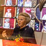 NLD/Apeldoorn//20170322 - Beatrix opent hoedententoonstelling Chapeaux in Paleis 't Loo, Prinses Beatrix bekijkt de hoeden