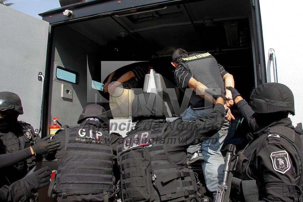"""Toluca, México.- La SSC presento a cinco  presuntos sicarios del grupo delictivo La Familia Michoacana, entre ellos a se encuentra Francisco Alejandro Orozco González alias """"El Pantera"""", y a quienes se les culpa de  varios asesinatos en el Valle de Toluca y mantas intimidatorias. Agencia MVT / Crisanta Espinosa"""
