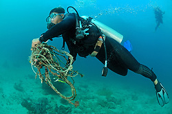 Global Coral Reef Alliance, Riff Gaertner sammelt alte Fischerleinen von Korallenriff, Reef gardener collecting old fishing lines and ropes from coral reef,  Bali, Indonesien, Indopazifik, Bali, Indonesia Asien, Indo-Pacific Ocean, Asia