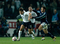 Photo: Glyn Thomas.<br />England v Argentina. International Friendly. 12/11/2005.<br />England's Joe Cole (L) holds off a challenge from Maximiliano Rodriguez.