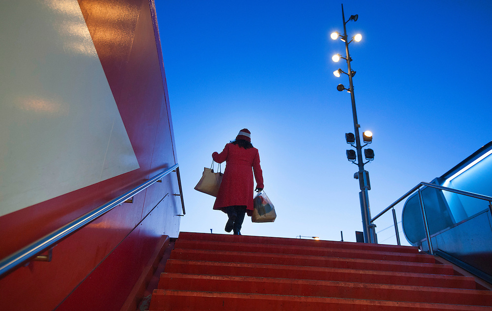 Nederland, Amsterdam, 30 jan 2013.Entre - uitgang van metrostation Amsterdam Centraal. Vrouw in rode jas loopt op rode trap omhoog..Foto(c): Michiel Wijnbergh