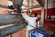 Nosedo, Milano : Impianto di depurazione delle acque reflue. Nosedo Waste Water Treatment plant. Nella foto due operai ingrassano i cuscinetti del ciclone    dell'impianto di essiccamento del fango.