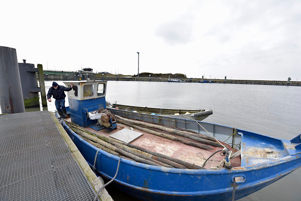 Nederland, the Netherlands, Kornwerderzand, 22-2-2018De Afsluitdijk zal de komende jaren aanpassingen krijgen om de verwachte zeespiegelstijging en extreem weer het hoofd te kunnen bieden . Bij de Lorentzsluis aan de kant van de Waddenzee halen vissers de palen uit het water waar de fuiken voor de krab aan vastzitten. Er wordt vorst verwacht . Krabben,visser,vissers,krabbenvisser, visserij .Foto: Flip Franssen