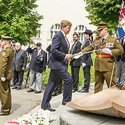 LUX/Luxemburg/20180523 - Staatsbezoek Luxemburg dag 1 , de Koning neemt de sabel van de officier in ontvangst