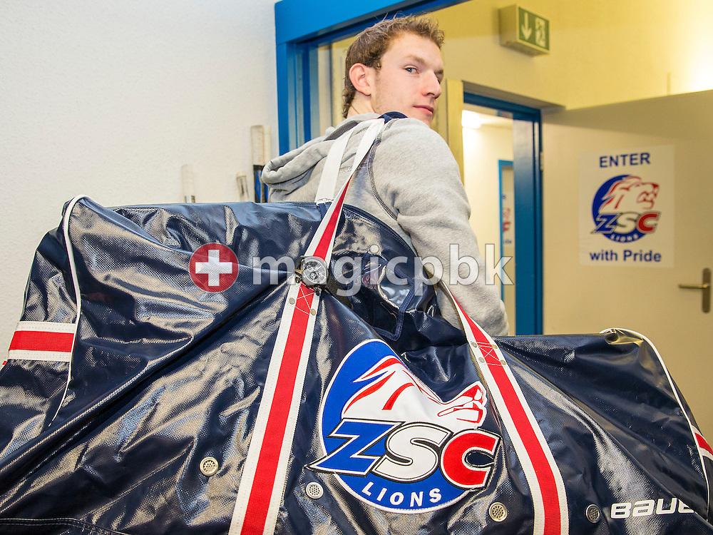 Ein ZSC Lions Spieler mit der MAURICE DE MAURIAC Meisteruhr in der Garderobe der ZSC Lions in Zuerich am Montag, 1. September 2014. (Photo by Patrick B. Kraemer)