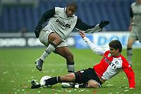 Fotball<br /> Nederland 2004/05<br /> Feyenoord v PSV<br /> 12. desember 2004<br /> Foto: Digitalsport<br /> NORWAY ONLY<br /> doelpuntenmaker jefferson farfan in aktie met aan zijn voeten feijenoord speler hossam ghaly