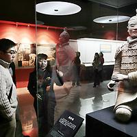 China, Xian,maart 2008..Soldaten van  het opgegraven terracottaleger in Xian.