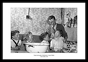 Familiebad i Ballyfermot, Dublin 1958. Irsk dagligliv på 1950 tallet, finnes på Irish Photo Archive..Sort hvitt bilder av Irland på 1950-tallet.