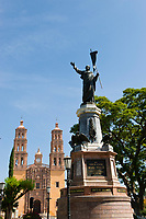Statue of Miguel Hidalgo and Our Lady of Sorrows Church, Plaza Principal, Dolores Hidalgo, Guanajuato State, Mexico