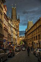 Prague, la ville aux mille tours et mille clochers, n'a pas seulement inspire Andre Breton et les surrealistes. Chaque annee, la belle Tcheque seduit des millions d'admirateurs du monde entier. Monuments, façades et statues racontent une histoire mouvementee ou planent les ombres du Golem, de Mucha ou de Kafka.<br /> Depuis 1992, le centre ville historique est inscrit sur la liste du patrimoine mondial par l'UNESCO<br /> Mala Strana