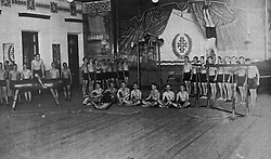 Reprodução de foto do Museu do Imigrante, em São Leopoldo mostra que além da busca da perfeição física, observavam também o senso de disciplina na prática da ginástica de aparelhos. FOTO: Lucas Uebel/Preview.com