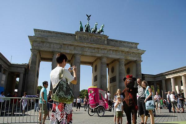 Duitsland, Berlijn, 22-8-2009Toeristen op de foto met het symbool van de stad, de beer, bij de Brandenburger Tor.Foto: Flip Franssen/Hollandse Hoogte