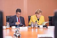 27 SEP 2017, BERLIN/GERMANY:<br /> Sigmar Gabriel (L), SPD, Bundesaussenminister, und Angela Merkel (R), CDU, Bundeskanzlerin, vor Beginn der Kabinettsitzung, Bundeskanzleramt<br /> IMAGE: 20170927-01-026<br /> KEYWORDS: Kabinett, Sitzung, Unterlagen, Akten, liest, lesen