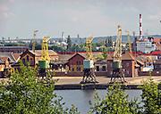 Szczecin, (woj. zachodniopomorskie), 15.07.2013. Widok na Odrę i port z Wałów Chrobrego w Szczecinie.