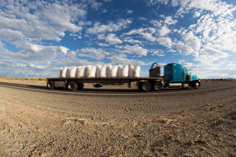 Een vrachtwagen rijdt over de interstate 50 in de Amerikaanse staat Nevada.<br /> <br /> A truck on the Interstate 50 in Nevada, USA.